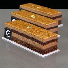 Pastel de Chocolate-Avellana y Amaretto Pastel de Chocolate-Avellana y Amaretto. Gioconda de chocolate y Amaretto, con ganache de chocolate, Mousse de y Nougatine de almendra. Fancy Desserts, Gourmet Desserts, Delicious Desserts, Sweet Recipes, Cake Recipes, Dessert Recipes, Dessert Buffet, Dessert Bars, Mini Cakes