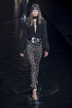Saint Laurent Spring 2019 Ready-to-Wear Collection - Vogue Paris Fashion Week Fashion Week, Milan Fashion, Runway Fashion, High Fashion, Fashion Brands, Fashion Tips, Fashion Design, Fashion Websites, Vogue Paris