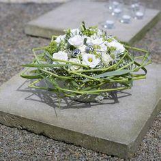 Trauergesteck mit geflochtenen Grashalmen