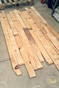 DIY Pallet Headboard {tutorial}