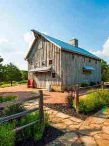 Have you heard about Barndoniums? It's kinda new house type that was invented from barn house. These type of homes are very beautiful. Check amazing barndonium designs now! Log Home Plans, Barn Plans, Metal Building Homes, Building A House, Metal Barn, Barn Wood, Pole Barn Homes, Old Barns, Horse Barns