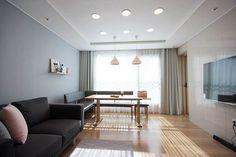 핑크 포인트 새아파트 신혼집 홈스타일링: homelatte의 거실 Ghetto House, Living Room Designs, Dining Bench, Oversized Mirror, New Homes, Curtains, Interior Design, Projects, Furniture