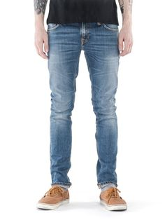 Spring calls for worn-in denim, which means you don't have six months or more to break in a set of denim. Here's all the authenticity you get from wearing your jeans for a year and washing them whenever they need in a pre-washed, mid-shade denim option. David is 179 cm and wears a 29/32.
