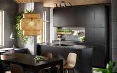 Hvitt kjøkken med hvite hvitevarer og brunsvarte skinnstoler og spisebord. Trykk for å åpne dører?