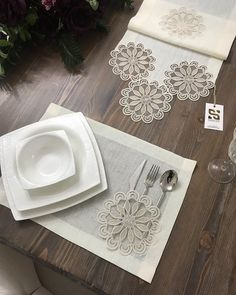 table napkin layout – Home Decorating Crochet Decoration, Crochet Home Decor, Crochet Cushions, Crochet Tablecloth, Table Runner And Placemats, Table Runners, Table Napkin, Diy And Crafts, Crafts For Kids