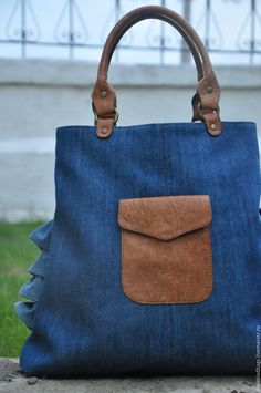 Looks like a bag you can create out of your old frilly skirts or jeans. Me Bag, Denim Purse, Denim Crafts, Recycle Jeans, Fabric Bags, Cloth Bags, Handmade Bags, Beautiful Bags, Fashion Bags