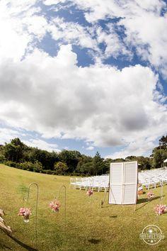 Casamento no campo ao ar livre. Local: Bom Conselho Eventos Decoração: Neo Decor Foto: Foco Foto e Vídeo
