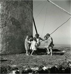 Παιδιά έστησαν τον χορό δίπλα σε ανεμόμυλο στην Μύκονο το 1935.  Διαβάστε όλο το άρθρο: http://www.tilestwra.com/30-spanies-ke-nostalgikes-fotografies-apo-tin-ellada-tou-chtes/
