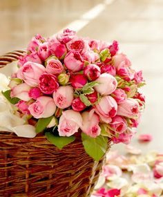 * Chic Provence *: basket dripping with roses