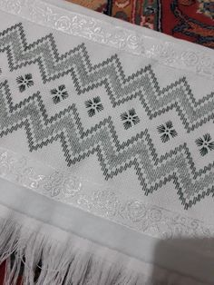 Bargello Needlepoint, Swedish Embroidery, Blouse Designs, Crafts, Home Decor, Face Towel, Hand Embroidery Stitches, Peanuts, Bath Linens