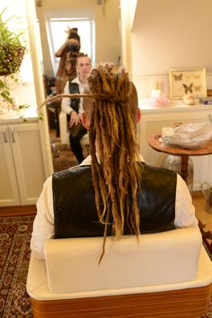 Years ago Olle came to me to get dreadlovin done. Now he contacted me again saying that he miss having dreadlocks and that he still had his old dreadlocks at home and wanted to see if I was able to put them back in again. My answer is sure no problem! So what I do is that i start off with dreading the real hair and then I take one of the old dreadlocks and crochet them back on. Now Olle is a happy dreadhead again.