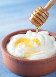 Cómo hacer una mascarilla de miel y yogur. La miel es uno de los aliados más poderosos con los que cuentas en casa para tus trucos de belleza. Los beneficios de la miel son muchos: es hidratante, un potente antibacteriano (lo que la hace perfe...