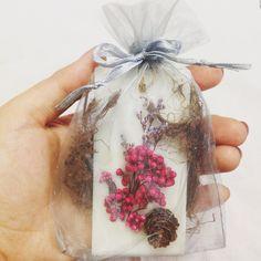biz wax tablet 비즈왁스타블렛을 마른 꽃과 솔방울로 꾸며보았습니다. 은은한 자몽향과 고급스러운 회색으로 좀 더 고급스럽게 보여집니다. : )