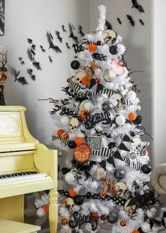 Halloween party is one of the incredible moment that you can have. There is a lot of easy Halloween decoration that you can apply to celebrating the moment. Retro Halloween, Spooky Halloween, Halloween Christmas Tree, Holidays Halloween, Happy Halloween, Halloween Party, Holiday Tree, Fall Christmas Tree, Halloween Fireplace