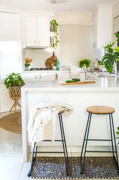 Kitchen | Styling | Indoor Plants | Rattan | Inspiration #kitchen #kitchendesign #kitchendesignideas #kitchenremodel www.cocoroseinteriors.com.au
