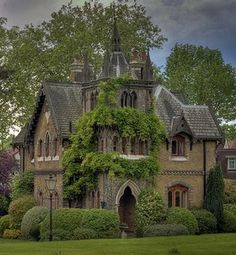 moss-covered castle of my dreams. I could def live here. In case the other house doesn't work out.
