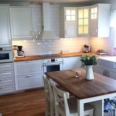 White bodbyn with wood worktop Ikea Bodbyn Kitchen, Cocinas Kitchen, Rustic Kitchen, Country Kitchen, Voxtorp Ikea, Kitchen Remodel Cost, Home Improvement Loans, Home Remodeling, Bedroom Decor