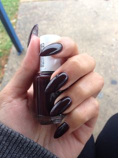 Dark pointy nail Essie - Wicked