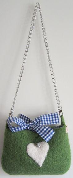 122da66bf915 Filz-Dirndltasche in Grün, Stoffschleife und Innenfutter aus Blau-Weiß  Vichy-Karo, abnehmbarer Kettenhenkel, Herz-Applikation mit Trachtenknopf  €39,90