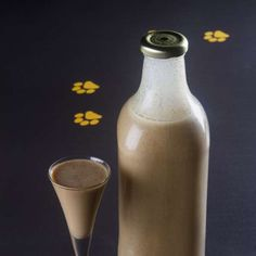 Saiba como fazer licor de amendoim. Receita da chef Janaína Rueda, do Bar da Dona Onça. Ingredientes:  1 kg de amendoim crú  1 kg de açúcar mascavo  1 lata de leite condensado  1 l de cachaça artesanal  2 l de água  1 pau de canela  1 punhado de cravo da índia  200 g de leite em pó