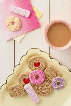 How to crochet a Pink Wafer biscuit and Choc Chip Cookie   www.molliemakes.com