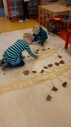 Herfstbomen van Kapla. Gruffalo Activities, Autumn Activities For Kids, Fall Preschool, Preschool Activities, Autumn Crafts, Autumn Art, Autumn Theme, Reggio Emilia, Tree Study