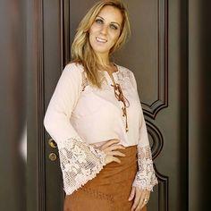 #mulpix                          Hoje o dia amanheceu mais friozinho  eu apostei  no look  blusa de crepe com amarração  e detalhes  de renda guipir na manga flare, fiz uma combinação com a saia  em tecido  de suede. O que vocês acharam da minha aposta?  Gostam? ✔saia : R$ 199,90 ✔blusa: R$ 199,80  pague em até 4x sem juros no cartão de crédito Enviamos para todo Brasil  Visite-nos  Santóllo Modas  Rua Juca Marinho 15  Bairro São Sebastião  Uberaba-MG Comercial (34) 33166586 WhatsApp...