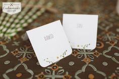 Wedding place card with white flower freesia. / Winietki z kwiatami, z frezjami.