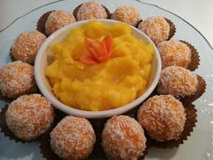 Ουάου! Μόνο 4 υλικά αρκούν για να φτιάξουμε ΔΥΟ πεντανόστιμα και πανεύκολα γλυκάκια φουλ στο πορτοκαλί. Τρουφάκια καρότου και κρέμα καρότου ΥΛΙΚΑ • 1 περίπου κιλό καρότα • 1 και 1/2 κούπες ζάχαρη άχνη • 1 κούπα καρύδα τριμμένη και