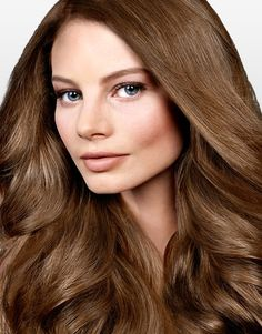 La coloration brun clair qui a été appliquée dans les longs cheveux de cette femme est absolument sublime. Elle révèle le côté chaleureux de sa personnalité et rehausse son charme. Le volume donné à la chevelure lors du brushing met en valeur sa brillance et sa douceur.