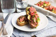 Recept voor toast voor 4 personen. Met zout, peper, hummus, rosbief, brie en bruin brood