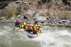 Rafting en el rio maipo, cajon del maipo, Chile. Deporte extremo isoterma turismo.