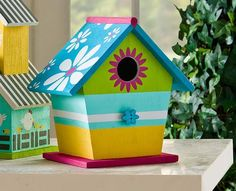 Daisy roof birdhouse - - click thru for the full DIY from #plaidcrafts