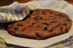 Čokoládový koláč s rumovými slivkami/Chocolate cake with rum plums: 1 balíček sušených sliviek, 120g horkej čokolády, 20 g kakaa, 50g masla + na vymazanie formy, 100g hnedého trstinového cukru, 4 bielky (alebo aj celé vajcia), 80g múky (celozrnná/bezlepková/ alebo obyč. hladká), 1,5 ČL mletej škorice, 1 ČL vanilkovej esencie alebo vanilkový cukor, 0.5 dcl rumu