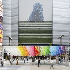 2013 年、エマニュエル・ムホーは100 色で構成した空間100 colorsを発表した。「100 colors」では東京 の色とレイヤーを初めて見たときの感動を色の圧倒的な存在感で表現している。第一弾となった東京での開催以来、100 colorsシリーズを世界各地で展開していくことを試みている。