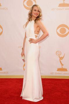 Taylor Schilling De blanco con un sensual diseño vimos a Taylor Schilling con un vestido largo de escote halter de Thakoon combinado con un clutch del mismo color de Amanda Pearl.