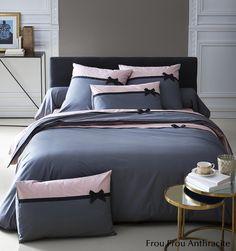 C'est le must-have de la saison : la parure de lit Frou Frou Anthracite. Ce modèle est en 100% percale de coton, 78 fils/cm², de fabrication française. Cette parure de lit incarne le raffinement, le chic français avec des motifs fins et délicats, associant des couleurs douces pour créer une ambiance cosy. Vous aimerez ce galon noir relevé par un petit nœud tout en finesse. #lingedelit #madeinfrance