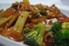 Legumes à Moda da ChinaLegumes à Moda da China Ingredientes Para os legumes: 1 cenoura grande laminada 4 floretes de brócolis 4 floretes de couve-flor 1/2 pimentão vermelho cortado em tiras finas 1 cebola cortada em 4 150 g de broto de bambu laminado 3 dentes de alho laminados 2 colheres (sopa) de óleo de gergelim Para o molho: 180 ml de água 1 colher (sopa) de maisena 1 colher (café) de açúcar 4 colheres (sopa) de shoyu 1 pitada de sal Preparo Numa wok coloque o óleo, os alhos laminados e d Vegetable Recipes, Vegetarian Recipes, Cooking Recipes, Healthy Recipes, Good Food, Yummy Food, Salty Foods, Portuguese Recipes, Asian Recipes