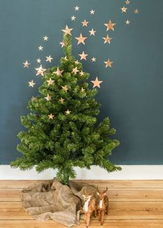 Une déco de sapin de Noël sans artifice clever contemporary minimal christmas decoration idea , have your tree decorations flow onto the wall like with these stars to create a chic 3d art decor