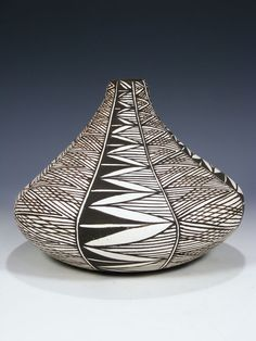 I really like the shape of this piece, it looks unique. Also, the glaze work looks cool. Southwest Pottery, Southwestern Art, Southwest Decor, African Pottery, Native American Pottery, Native American Art, Ceramic Clay, Ceramic Pottery, Indian Arts And Crafts