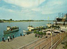 De aanlegplaats van de Flandria-boten in de jaren 1960. De kleinste schepen verzorgden de tochtjes naar het Noordkasteel, Sint-Annastrand en in de haven. Op de achtergrond, op linkeroever, het technisch gebouw van de Waaslandtunnel (IMALSO)