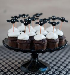 Pom Pom Bat Cupcake Toppers DIY – Halloween me. Diy Halloween, Halloween Cupcakes, Halloween Torte, Theme Halloween, Halloween Food For Party, Holidays Halloween, Halloween Treats, Happy Halloween, Halloween Decorations