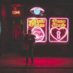 """#SOHO SECRETS"" ...👁 Good evening friends, I hope you're enjoying the mini heatwave 😎☉🔥 #london #carveyourown#streetphotography#candid#lo_peopleoflondon#ldn4all_hashtag#thisislondon#nightphotography"