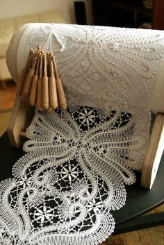 Bobbin Lace Making & Its History and How to Start - Bobbin lace is another technique of lacemaking. It's also known as pillow lace, and it is made by weaving threads wound on bobbins around pins holding a pattern to a pillow. It is a complicated … Col Crochet, Thread Crochet, Crochet Edgings, Crochet Motif, Crochet Shawl, Antique Lace, Vintage Lace, Rose Shabby Chic, Blog Art
