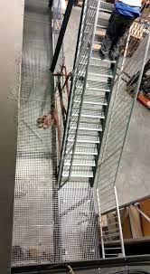 Trap naar verdiepingsvloer. Ontworpen, geproduceerd en geplaatst door Geffen products