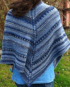 Lala's Simple Shawl by Laura Linneman, free pattern from intheloopknitting. Although designed for bulky yarn, the pattern can easily be adapted to other weights of yarn as well. Shawl Patterns, Sweater Knitting Patterns, Lace Knitting, Vintage Crochet Patterns, Knitted Shawls, Knit Or Crochet, Lana, Weights, Free Pattern