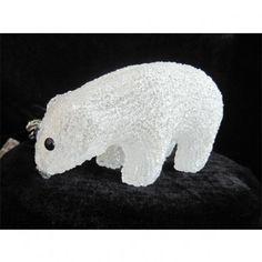 Osito iluminado con luz LED de 0,6W de color blanco perfecto para decoración e iluminación navideña en interiores. Dimensiones: Longitud 18.5 cm.