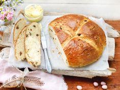 Osterbrot backen - Rezept mit frischer Hefe und Rosinen | LECKER