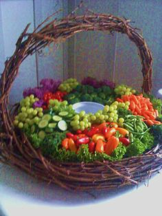 Vegetable Appetizer Basket by Excalibur Catering - Beautiful presentation Party Trays, Party Platters, Snacks Für Party, Appetizers For Party, Veggie Platters, Veggie Tray, Vegetable Trays, Vegetable Basket, Easter Dinner