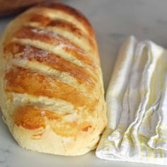 Homemade bakery french bread in minutes. This super simple and easy french bread recipe will be a hit in your home. It only takes a little more than an hour to have hot, fresh bread straight out of the oven. Forget the bakery when you can make it at home! Easy French Bread Recipe, French Bread Loaf, Homemade French Bread, Easy Bread Recipes, Cooking Recipes, French Recipes, Fast Recipes, Delicious Recipes, Bolo Diet